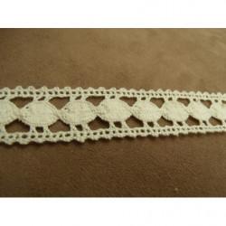 ruban perlé nacré, 2.5 cm, et strass argent, sur fond noir