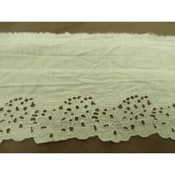 ruban organza  bleue turquoise brodé perlée et pailletée à fleurs.