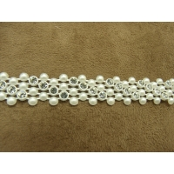 ruban perle fine nacré, sur rangée de 4 strass argenté incliné