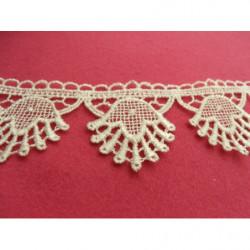 ruban demi perle plate,1.4 cm, plate à l'arriere,idéal pour la customisation de vêtement, collier, chapeau, bijoux,